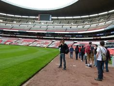 """ESTÁDIO AZTECA: A Cidade do México abriga um dos templos do futebol mundial: o Estádio Azteca, palco das Copas do Mundo de 1970 (com o Brasil campeão) e de 1986 (quando a Argentina levantou a taça). O campo, as arquibancadas e os vestiários do estádio podem ser visitados em tours guiados, que mostram as fascinantes histórias que envolvem o Azteca. Foi aqui que, em 86, Maradona fez duas de suas maiores façanhas: o gol """"La Mano de Dios"""" e o chamado """"gol do século"""", em que o baixinho portenho…"""