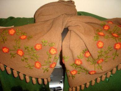 Ein eleganter liebevoll bestickter brauner #Schal aus kostbarer #Alpakawolle. Genießen Sie die natürliche Warme dieser kostbaren Wolle.