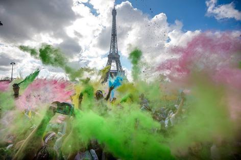 Feestende deelnemers aan de Color Run in Parijs zijn bedekt onder een laag kleurpoeder na het behalen van de finish. Onlangs ontstond in Nederland een discussie omdat volgens de brandweer van Amsterdam het poeder gevaarlijk brandbaar zou zijn.