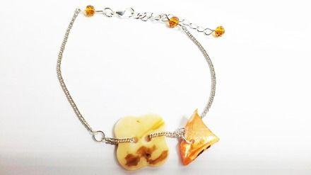 Bracelet en Chaînette Argenté orné  d'un Bouton réversible en Nacre en forme de Fleur de couleur ivoire et Marron d'un coté et uni de l'autre d'une brisure de Coquillage en  - 19217434