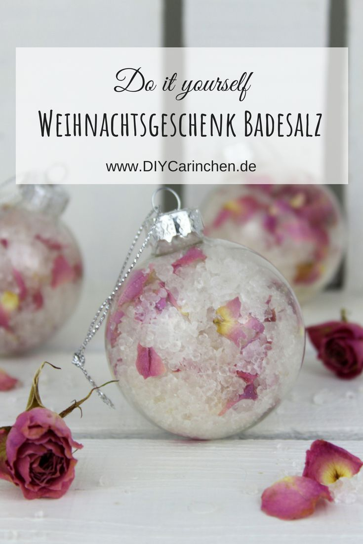 DIY Badesalz mit Rosenblütenblättern verpackt in einer Christbaumkugeln selber machen – die perfekte Geschenkidee zu Weihnachten