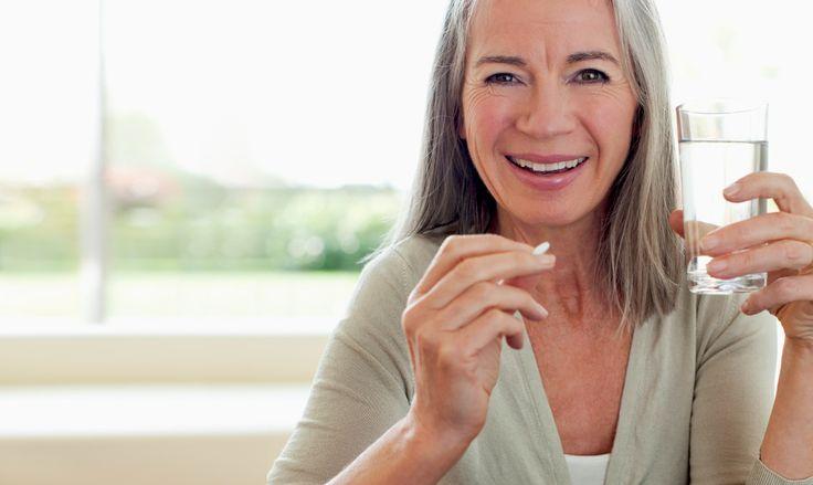 """¿Está usted en su """"tercera edad""""  o cuida a una persona de edad avanzada? Aquí le damos 4 consejos de seguridad para los medicamentos de adultos mayores. https://go.usa.gov/xRydt"""