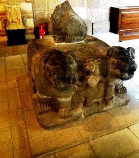 Escultura Neo-Hitita em Pedra Basáltica Par de leões e uma criatura híbrida que segura a juba do leão. A criatura com cabeça de pássaro está apoiada em um de seus joelhos.