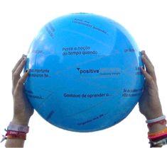 A Bola Positiva é uma bola insuflável com questões impressas à sua volta. As questões foram construídas à luz da evidência científica da Psicologia Positiva e tem com objectivo promover a auto-descoberta, a reflexão e a partilha de: experiências óptimas, emoções positivas e momentos significativos, desafiando à expressão do que de melhor existe em cada ser humano. O Kit Bola Positiva é composto por: uma bola insuflável de 30 cm de diâmetro, um manual de exploração e um saco para transporte.