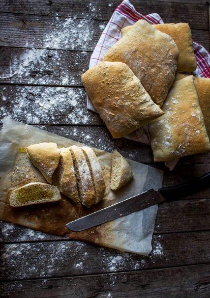 Recette inratable et facile de ce fameux pain italien. Le pain ciabatta est mon pain préféré sans hésitation. En voici la recette.