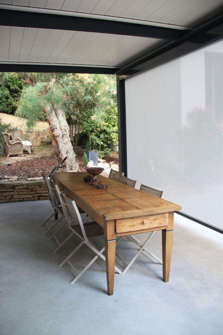 un rideau électrique coulissant peut venir abriter la terrasse du vent, du soleil...