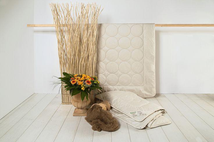 """Die Kamelflaumhaar-Kombi-Bettdecke """"Cammello"""" kann durch die luxuriösen Klima-Eigenschaften des Kamelflaumhaars besonders gut als flexible 4-Jahreszeiten-Bettdecke in Einsatz kommen. Das Haarkleid dieser Tiere muss mit hohen Temperatur-Schwangungen klar kommen, um das Kamel perfekt zu schützen. Diese Eigenschaft findet sich auch in der Bettdecke wieder. Die Decke bietet einen perfekten Temperatur-Ausgleich - ob in warmen oder kalten Nächten!"""