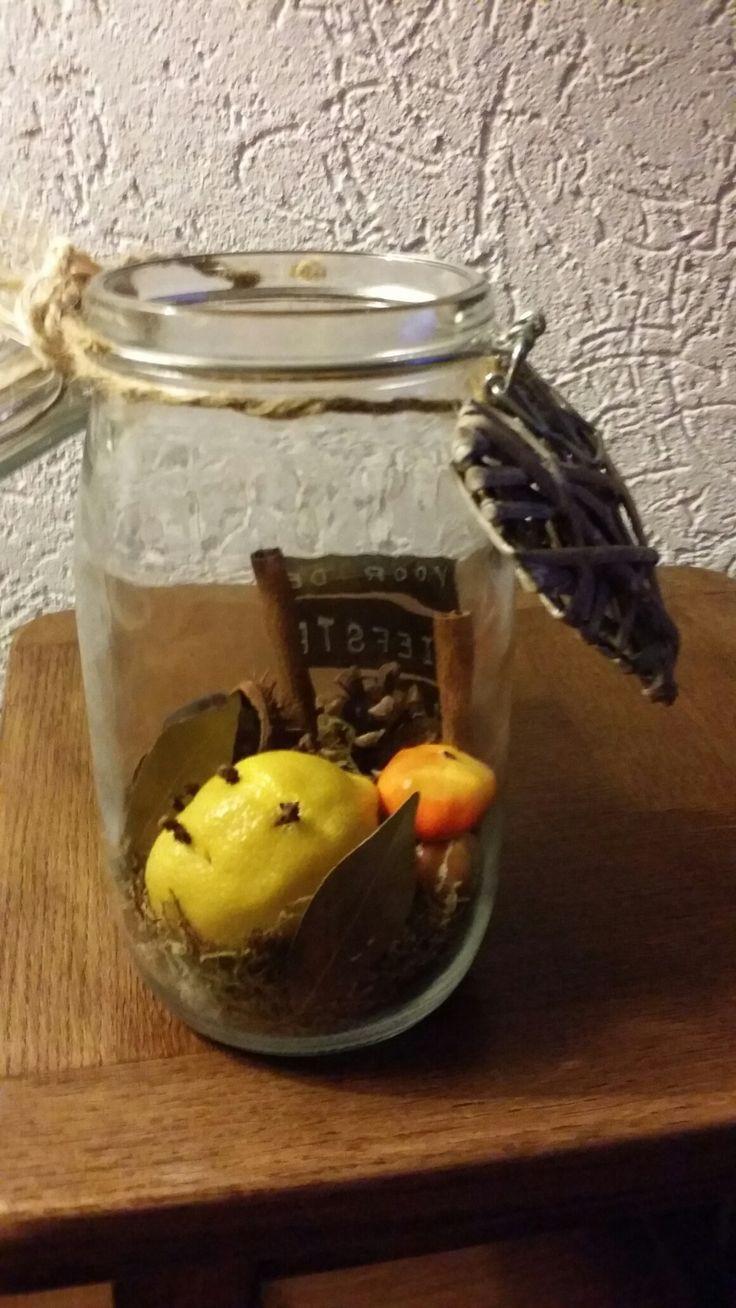 Een gezellige herfst pot gemaakt met citroen met kruidnagel kaneel stokjes lauwlier dennenappels kastanje op de bodem mos!