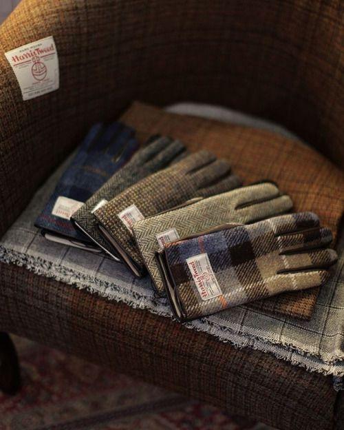 Unverwüstliche Klassiker: Handschuhe und Schals aus Harris Tweed.