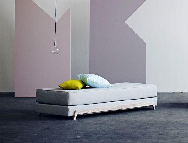 Elegant lille sovesofa fra Softline. #design #softline #indretning