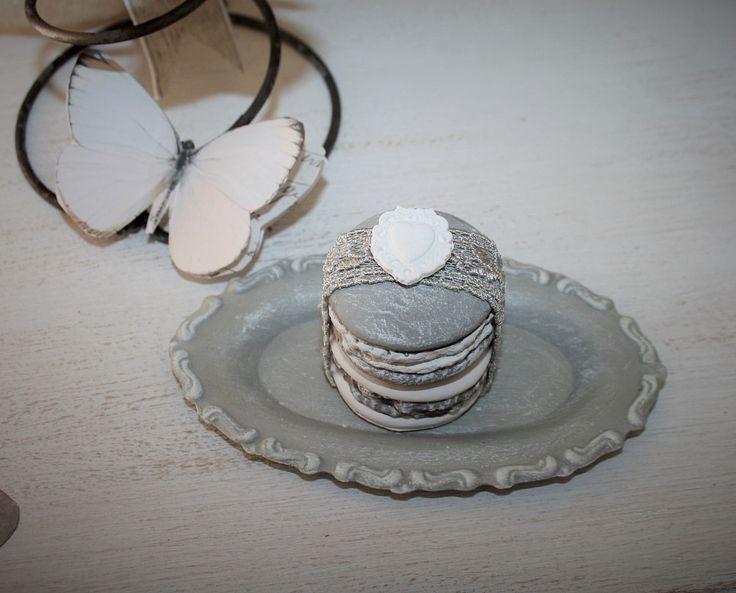 Macarons en duo parfumés sur leur plateau : Accessoires de maison par la-cage-a-deco