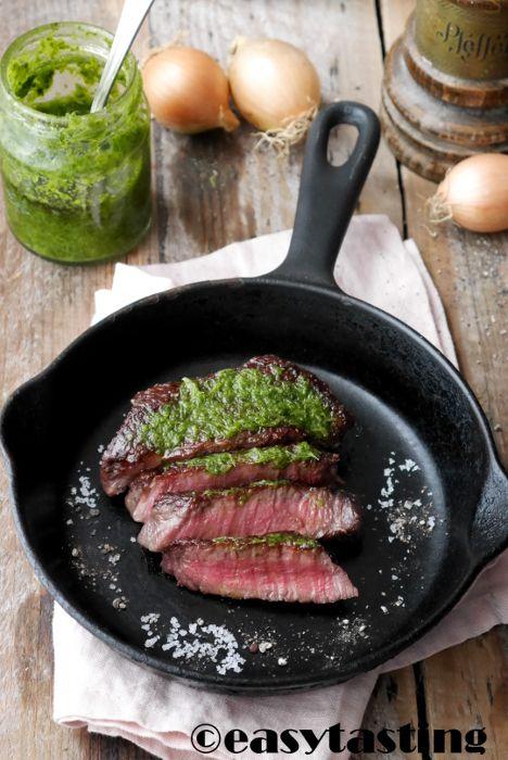 Ein schönes saftiges Dry Aged Steak isst man am besten pur. Aber eine feine Würze kann nicht schaden, deshalb servieren wir hier original Chimichurri dazu.