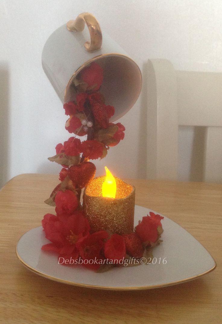 Arreglo decoración flores con vela artificial.