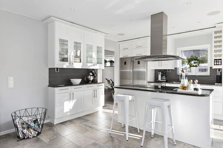 Kvalitativt kök från Ballingslöv med vita, profilerade luckor och rejäl granitskiva. LUCKA: Studio vit