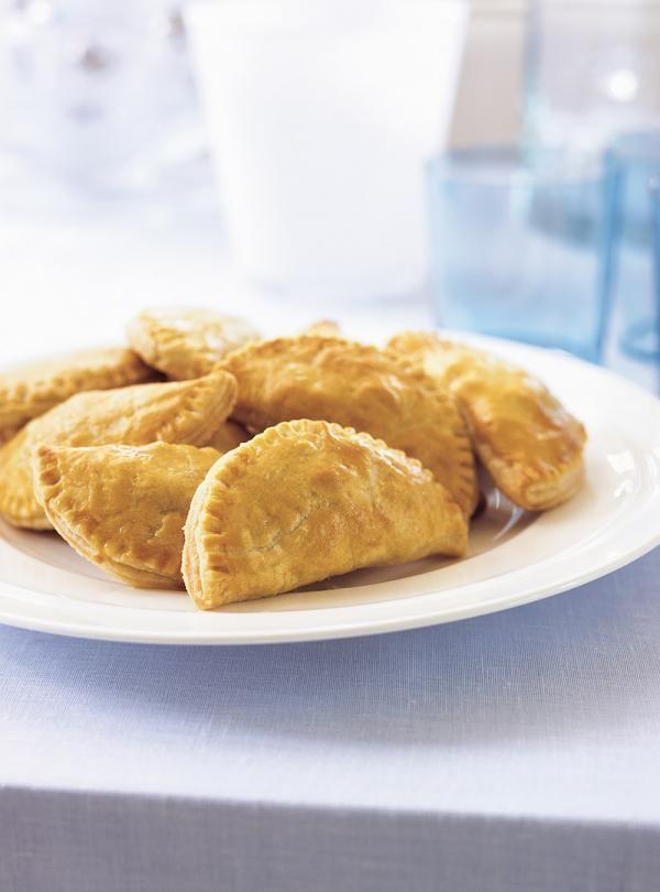 Recette de Ricardo de petits pâtés à la viande. Ces petits pâtés au porc se congèlent, il est donc possible de garder les restants très longtemps.