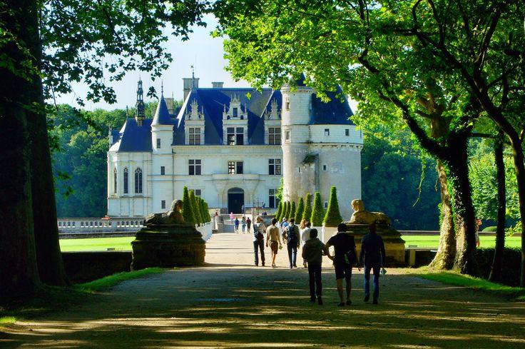 Do zamku Chenonceau wchodzi się długą alejką od bramy gdzie znajdują się kasy. Powoli ukazuje się zamek i z każdym krokiem obiecuje więcej atrakcji.