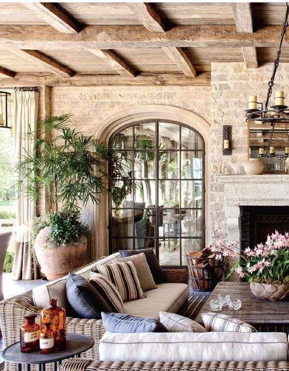 Arredare il soggiorno in stile toscano - Soggiorno con travi a vista
