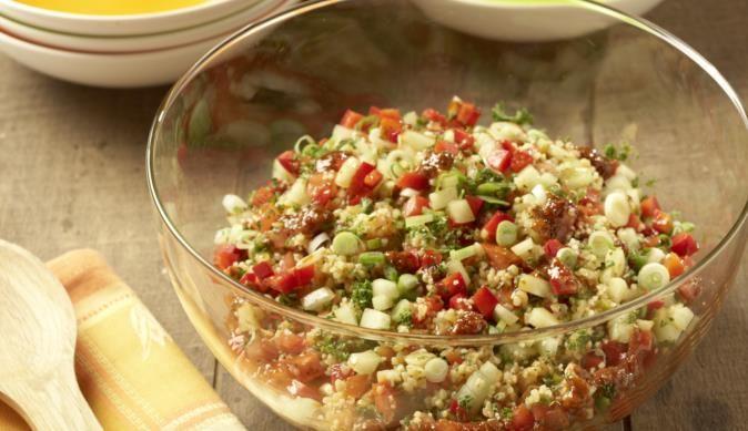 Wie wär's denn mal mit einer orientalischen Salat-Variante? Nimm einfach gekochten Bulgur und mische ihn mit saftigen Tomaten, knackigen Paprika und frischen Gurken.