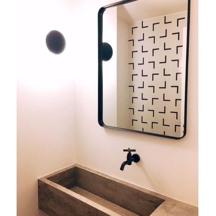 Lurca Azulejos | Azulejos Fatia roxo no projeto lindo @estudionodo das arquitetas @caroline_endo e @lizarakaki | Fatia purple - Ceramic Tiles // Shop Online www.lurca.com.br #azulejos #azulejosdecorados #revestimento #arquitetura #reforma #decoração #interiores #decor #casa #sala #design #cerâmica #tiles #ceramictiles #architecture #interiors #homestyle #livingroom #wall #homedecor #lurca #lurcaazulejos