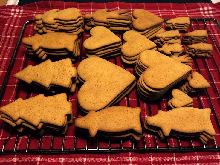Ingen jul utan pepparkakor! Jag har lyckats ta fram ett recept på en pepparkaksdeg som är lätt att kavla och ger goda och kryddiga pepparkakor. Jag gillar när pepparkakorna har mycket smak men...