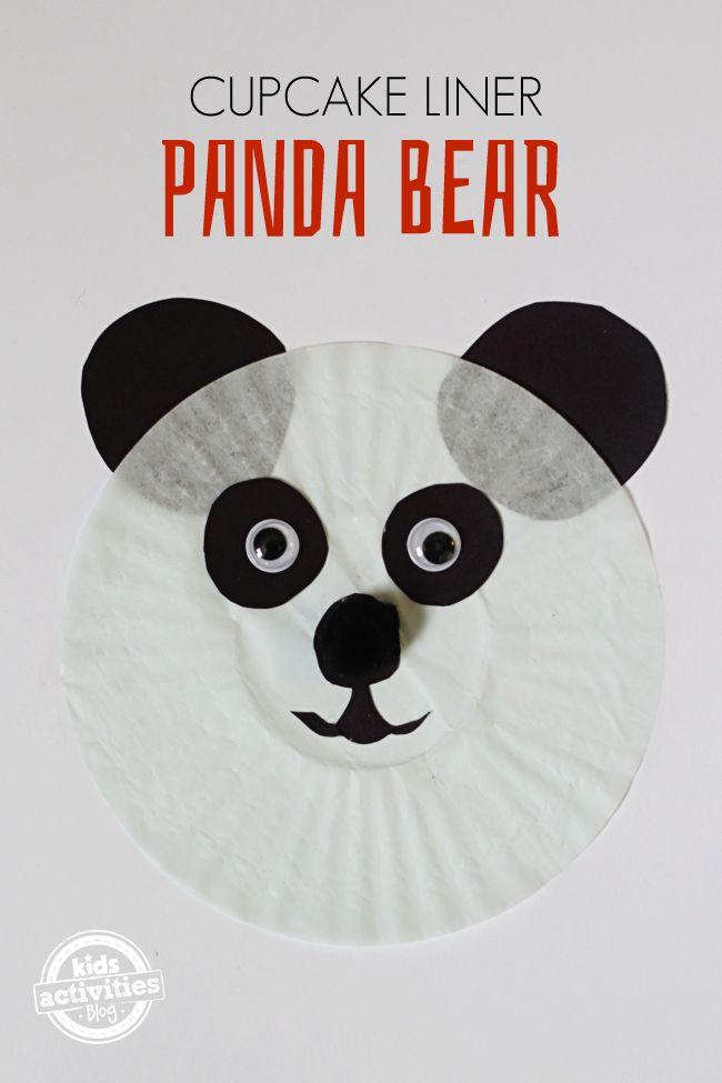 Hacemos un simpático oso panda con moldes para magdalenas. No nos olvidamos de añadir unos ojos bien saltones!