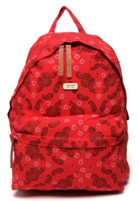 Mochila Cantão Bandana Vermelha/Vinho, com tag da marca e estampa bandana. Possui um compartimento frontal, fecho em zíper, pendurador, alças e costas acolchoadas. Medidas: 34x44x18cm (AxLxP)