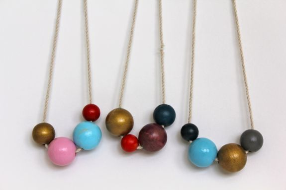 DIY Painted Wooden Bead NecklacePainting Beads, Crafts Ideas, Diy Necklaces, Painting Wooden, Beads Necklaces, Wood Beads, Croquet Ball, Wooden Beads, Bead Necklaces