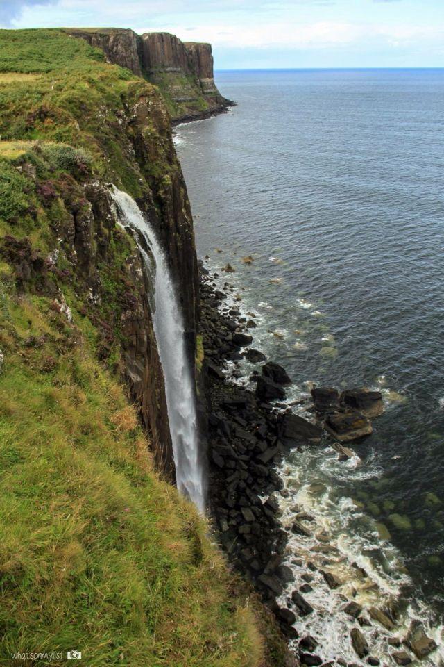 Mealt waterfall and Kilt Rock behind. You can see this amazing landscape in the Isle of Skye, Scotland.  Catarata Mealt y la roca Kilt detrás. Esta maravilla la podéis ver en la Isla de Skye, Escocia.