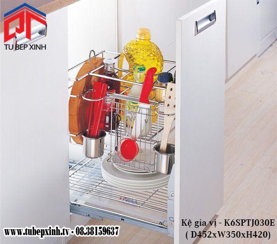 CẦN TRANG BỊ NHỮNG PHỤ KIỆN TỦ BẾP GIA ĐÌNH NÀO? Một tủ bếp hoàn thiện nên được trang bị những phụ kiện tủ bếp nào? Đây luôn là câu hỏi của nhiều khách hàng đưa ra cho Tủ Bếp Xinh. Đối với một tủ bếp, thì việc trang bị những mẫu phụ kiện inox đi kèm luôn cần thiết vì sự tiện dụng, chất lượng và đặc biệt là tính thẩm mỹ cao của chúng.