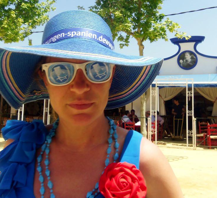 #Ferienwohnungen-Spanien.de hat sich in Schale geworfen und #blau wie das #Meer auf Andalusienreise begeben. Auf der wohl schönsten andalusischen Frühlingsfiesta Feria de Caballos in Jerez vom 6. bis 12. Mai 2013 gab es viel zu lachen und zu feiern. Auf dieser Feria darf man sich schrill anziehen und wird für völlig normal gehalten!