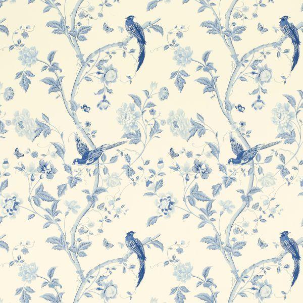 Tapet blommor och fåglar i vita och blåa färgtoner.