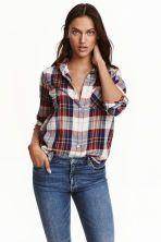 Katoenen hemd: Een recht hemd van geweven katoen met een dessin, met een smalle klassieke kraag, een borstzak en lange mouwen. Het model is onderaan afgerond en heeft een langer achterpand.