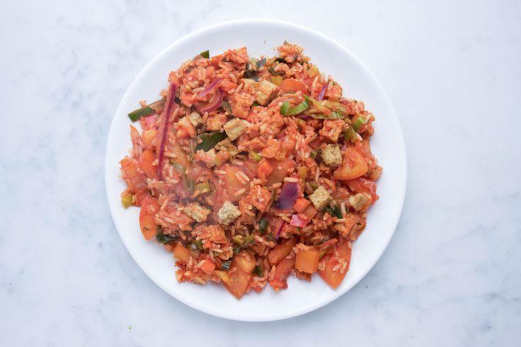 Vegan paella met tofu blokjes. Paella kennen we natuurlijk allemaal als een gerecht waarin veel vlees en vis wordt gebruikt. Maar wist je dat dit heerlijke