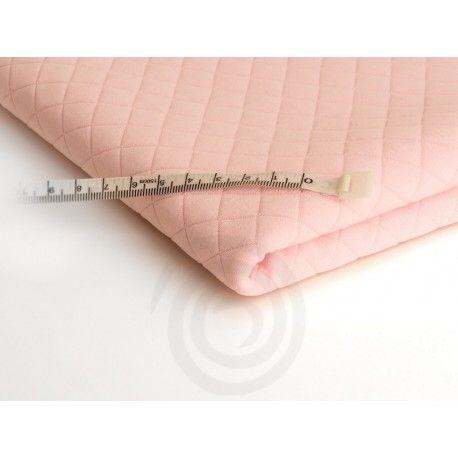 Dzianina pikowana jest elastyczna, przyjemna w dotyku, bardzo wygodna w użytkowaniu, nie gniecie się. Ze względu na modny fason jest bardzo popularna. Jej faktura pozwala na wszechstronne zastosowanie zarówno w konfekcji damskiej jak i do produkcji ozdobnych poduszek i narzut.