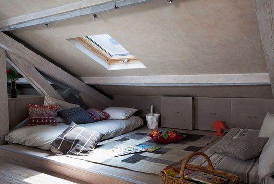 Un espace cosy rangements roulants en sous pente