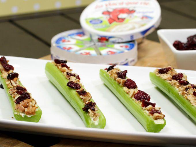 Aprende a preparar estos nutritivos palitos de apio con queso y arándanos, un delicioso y saludable snack para sorprender a tus invitados.