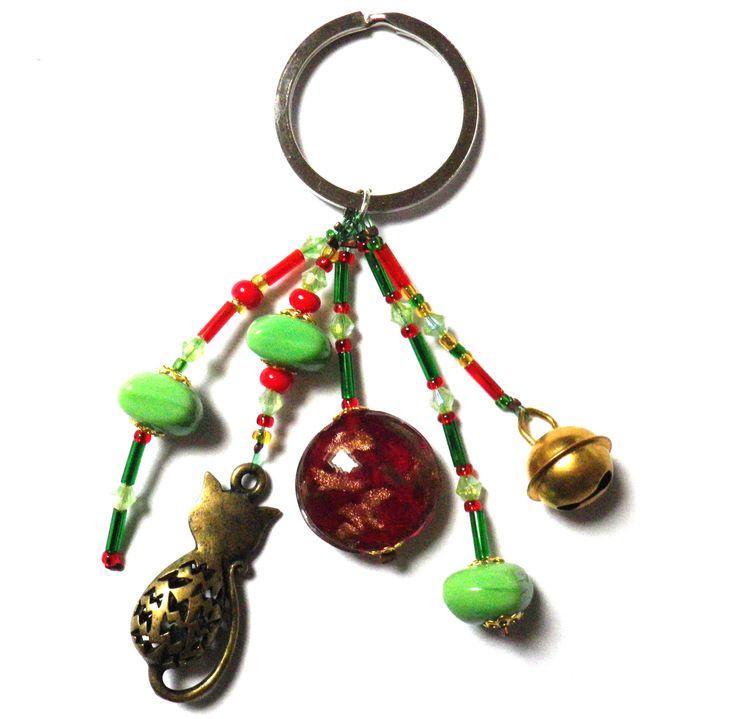 Porte-clé vert/rouge/doré avec Chat bronze, grelot et Perles de verre : Porte clés par milaekem-bijoux