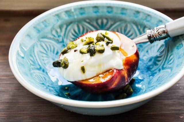 Gegrillte Nectarine mit Joghurt und Honig