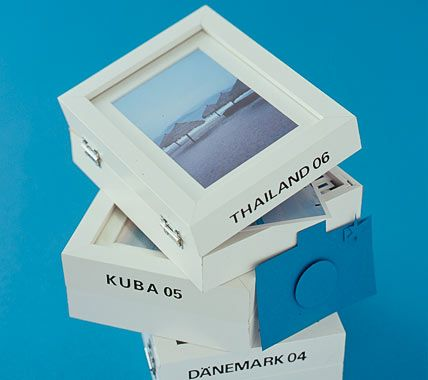 Fotos sind die schönsten Urlaubserinnerungen! Das Einkleben in Fotoalben ist eine Möglichkeit die Bilder zu archivieren. Wir haben noch eine andere Idee: Basteln Sie sich hübsche Fotoboxen! Die Hauptzutaten sind zwei gleiche, etwas tiefere Bilderrahmen und Scharniere. Unbehandelte Bilderrahmen lackieren Sie zuerst in Ihrer Lieblingsfarbe, lassen sie trocknen und beschriften Sie. Die Buchstaben schneiden Sie entweder mit einem Cutter aus Pappe aus oder kaufen fertige Klebebuchstaben…