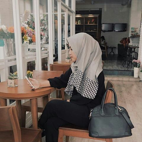 We'd like to give @attikakarina 10 stars for creating a clean and cut style on Neola hijab!  Get yourself one Light Grey Peony like her because it's limited!  #Alca #MeandAlca