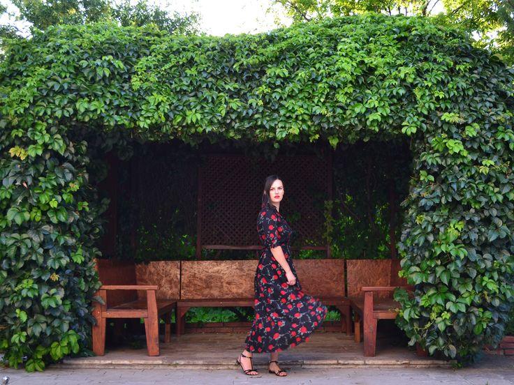 Roses are red.. Roses print dress @elenatasci #fashionblogger