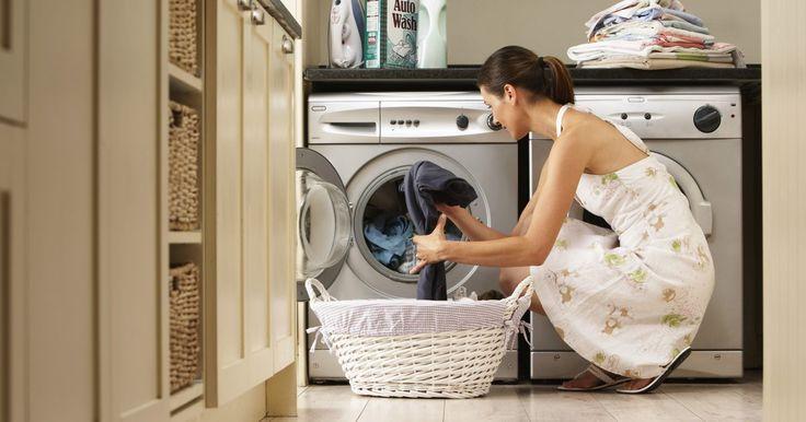 Cómo quitar la tapa superior de una lavadora. Aunque los detalles pueden variar según la marca y modelo de la lavadora, la mayoría de las marcas hacen que retirar la cubierta superior de la lavadora sea un proceso relativamente sencillo. Asegúrate de mantener todos los tornillos y juntas en un lugar seguro, ya que esto hará más fácil el montaje cuando llegue el momento. No te sorprendas si la ...