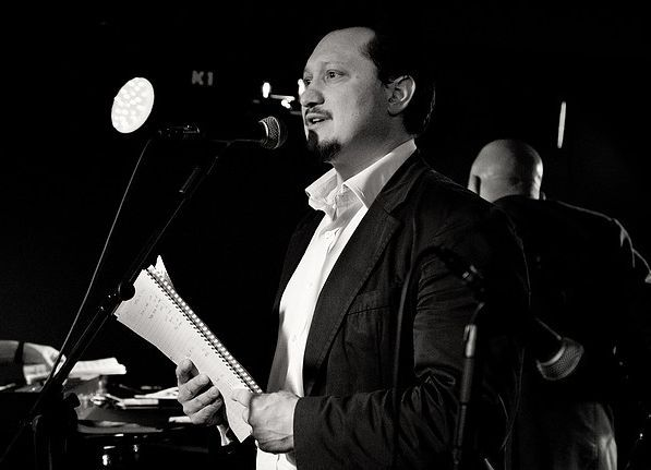 Der Präsident der International Artist Organization steht Rede und Antwort