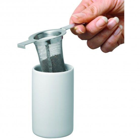 Mit einem Tee-Set gelingt die Teezeremonie zu jeder Tageszeit: Kanne, Teesieb und Stövchen sind perfekt aufeinander abgestimmt und sorgen für höchsten Teegenuss. Füllen Sie die losen Teeblätter in das Sieb, gießen Sie heißes Wasser in die Kanne und lassen Sie die Mischung ruhen. Inzwischen zünden Sie das Teelicht im Stövchen an und warten, bis der Tee ausreichend gezogen hat. Schenken Sie so oft nach, wie Sie möchten: Der Tee bleibt auf dem Stövchen über mehrere Stunden warm. WMF bietet…