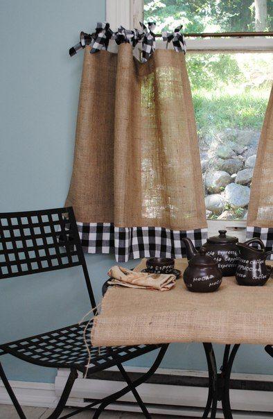 Cortina y mantel hecha con costales de café y tela a cuadros.