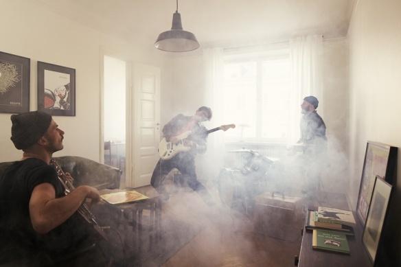 Gitarrsolo.  Mäklarfirman Fantastic Frank fotar Peter Bjorn and John på Hornsgatan 149 inför en försäljning av lägenheten.