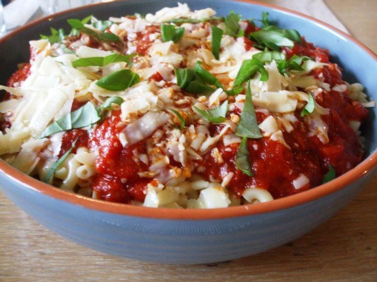 Ik hou van pastagerechten. De macaroni met kruidige tomatensaus is heel erg makkelijk te maken, maar oh zo lekker! Dit heb je nodig voor 4 personen: 6 eetlepels olijfolie 3 tenen knoflook, in plakjes 100 gram mager spek, liefst julienne gesneden (heel dunne reepjes) 800 gram tomatenblokjes (2 blikken) ½ theelepel gedroogde Spaanse pepertjes, verkruimeld...