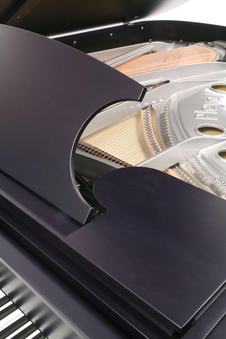 Vue intérieure du piano Pleyel P204 Bleu noir satiné.