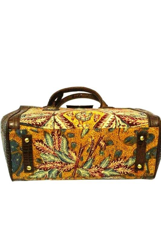 An elegant bag wih premium croco embossed cow leather. 3N tumpal handwriting batik. Dimension : 36 x 26 x 17 cm. Zipper Closure and Suede lining. #bag #batik #fashion #indonesia