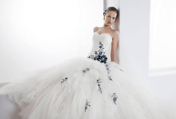 Abito da sposa con ricami blu. Presso l'Atelier Il Giardino della Sposa. Potrebbe questo essere l'abito dei vostri sogni?